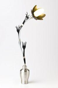 Bryce-Katsahnias-lampara-ecologica-cucharitas-plasticas-jardines-de-patagonia